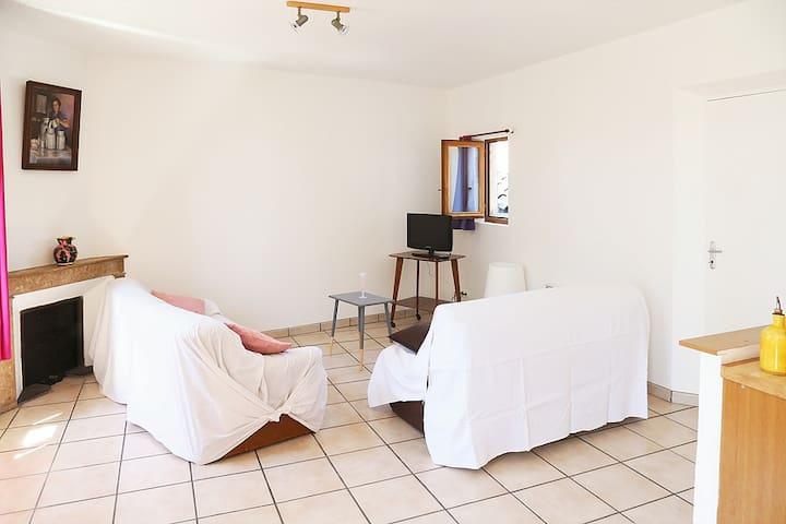 GITE 6 PERSONNES AU COEUR DU VILLAGE - Bourdeaux - Wohnung