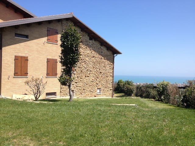 Cottage at top of hill with sea view - San Costanzo