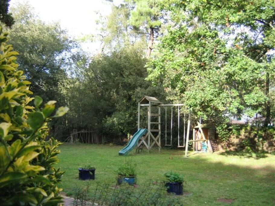 jardin privé avec jeux enfants