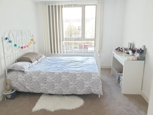 Private Kingsize bedroom, close to central London.