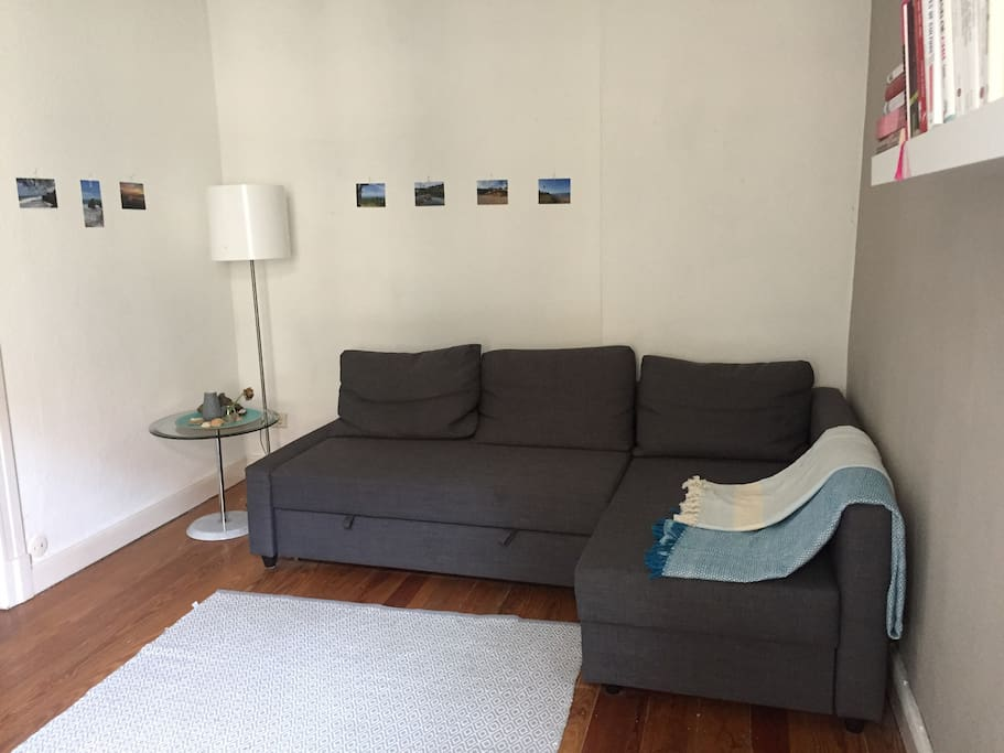 Im Wohn-/Schlafzimmer steht ein sehr bequemes und recht neues Schlafsofa, welches man auf unkomplizierte Weise zum Schlafen aufklappen kann. Das ausgeklappte Sofa ist groß genug für 2 Personen.  // In the living room/2nd bedroom you will find a very comfy and big couch, which can be turned easily into a cozy bed. Once turned into a bed, there is space for 2 people to sleep on..