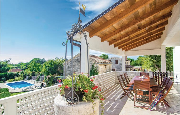 Holiday cottage with 5 bedrooms on 146m² in Zminj