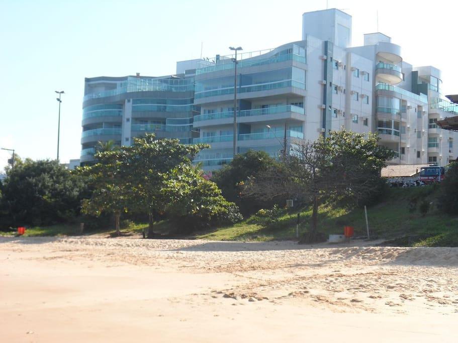 prédio de frente para as melhores praias
