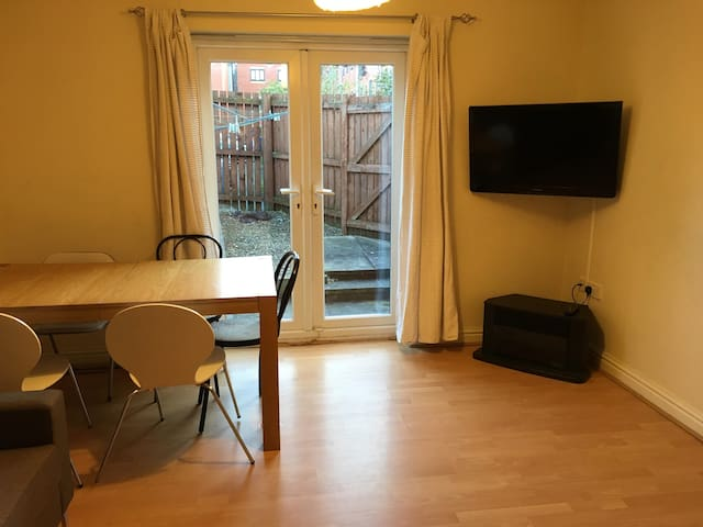 3 Bed House Near City Centre & Uni's-FREE Parking