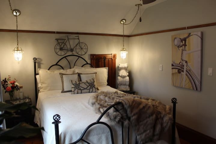 The Walnut Grove bnb- Queen Room- full breakfast