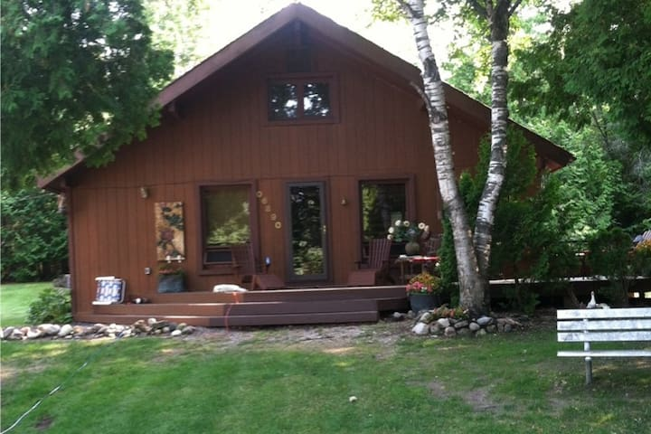 Charlevoix/Petosky Cabin with Lake Views - Charlevoix - Cabaña