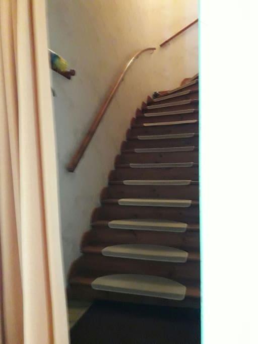 l'entrée a votre chambre via les escaliers intérieur.