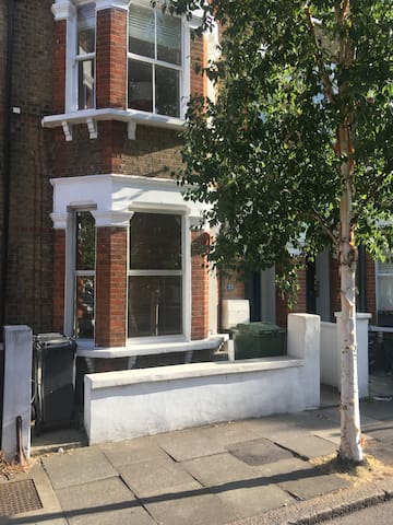 Vauxhall, Zone 1 bedroom in Victorian street.