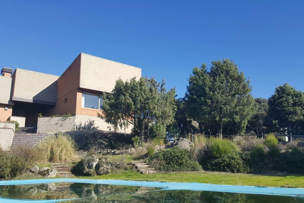 Vistas de la casa desde la piscina privada