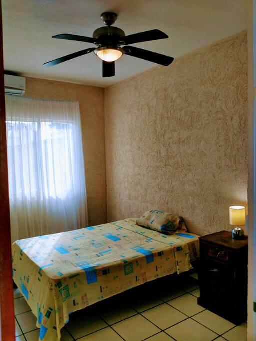 Recamara con cama matrimonial y aire acondicionado