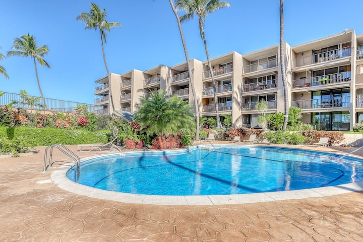 Ground floor condo in oceanfront complex w/ jetted tub, shared pool & gas grill