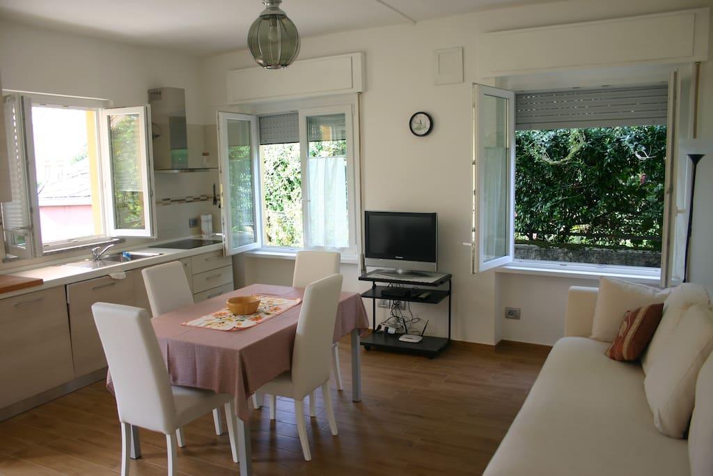 Cucina attezzata e zona pranzo con divano letto