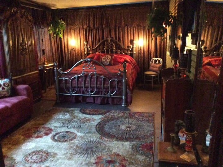 Goth room for 4, Bisbee House of Art and Mirrors