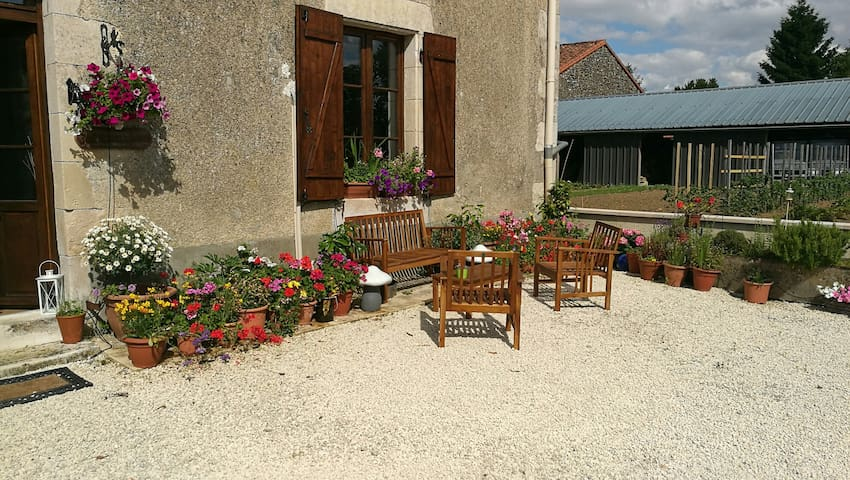 The Swallows offers a friendly relaxed atmosphere - La Chapelle-Bâton - 一軒家