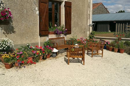 The Swallows offers a friendly relaxed atmosphere - La Chapelle-Bâton - Huis
