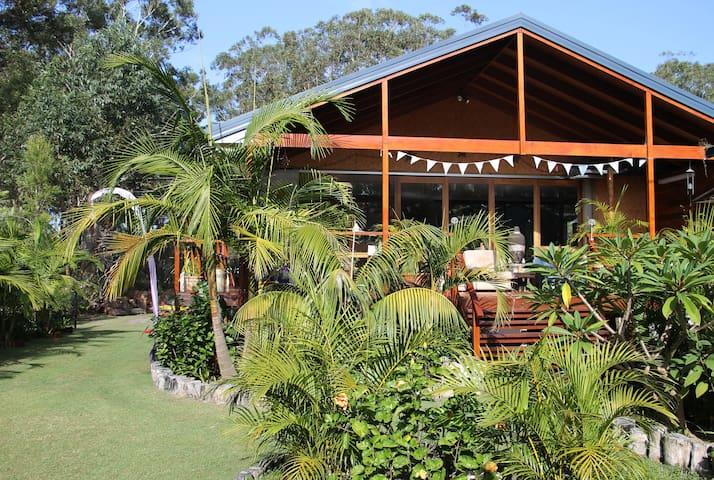 Paradise in Lake Conjola walk to beach  and lake.