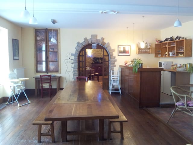 Salle petits déjeuners et salon en fond