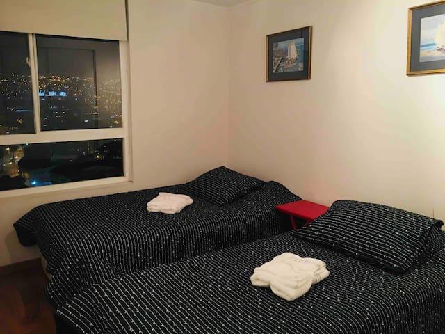 Dormitorio 2 ,  vista al mar y cerros de Valparaiso, con dos camas , una 11/2 plaza y una 1 plaza, tiene TV abierta sin cable .