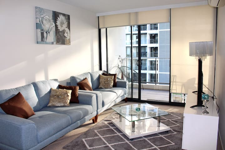 Bright, Stylish & Chic Apartment - Lyneham - Close to the CBD & Trams