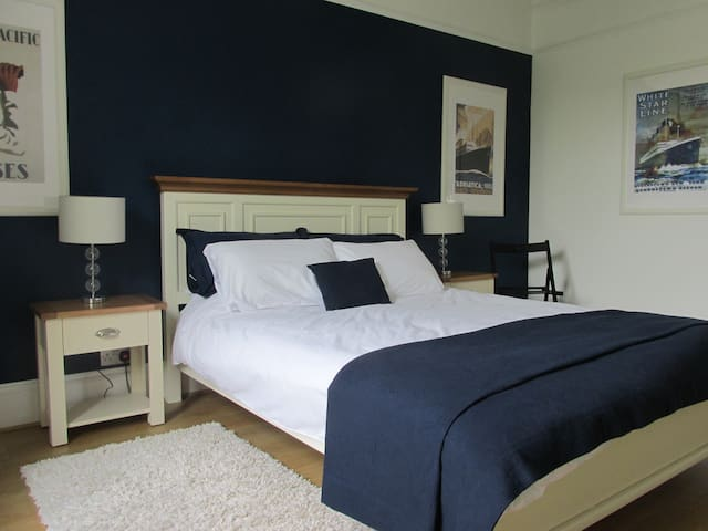 King bed in beautiful Victorian home in Torquay