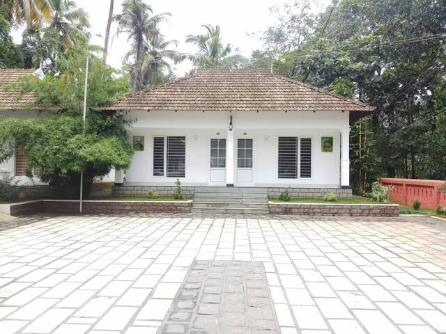 Cottage Room Near Athirappilly Waterfalls