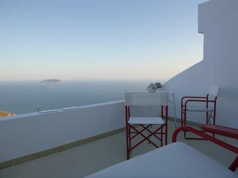 Veras studio med panoramautsikt over havet og balkong