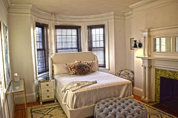 Newly Renovated Studio in Heart of Kenmore SQ
