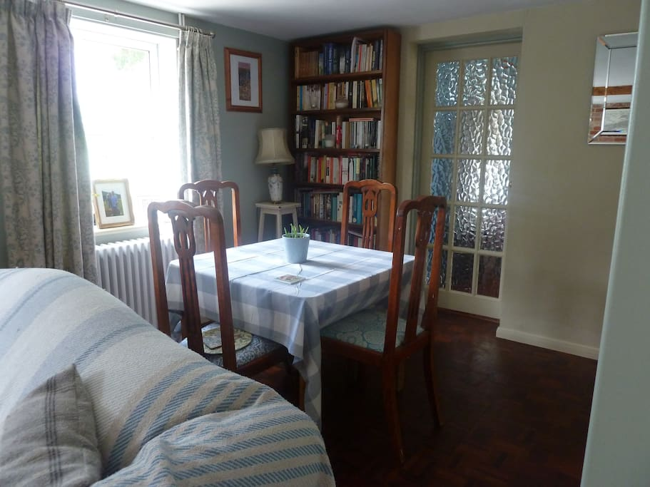 Sitting room, with small dining table