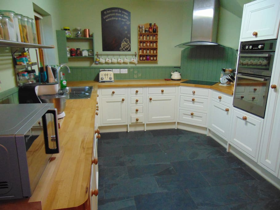 Well-equipped kitchen with double oven, ceramic hob, dishwasher, washer/dryer, microwave and Food mixer/blender