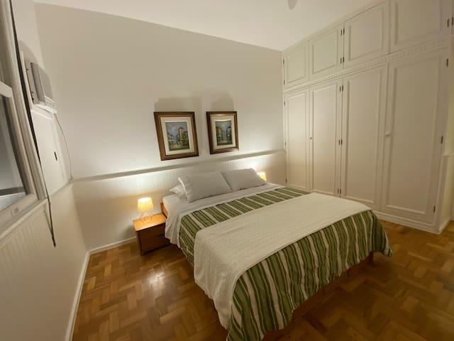 Quarto 1 cama Queen e armários