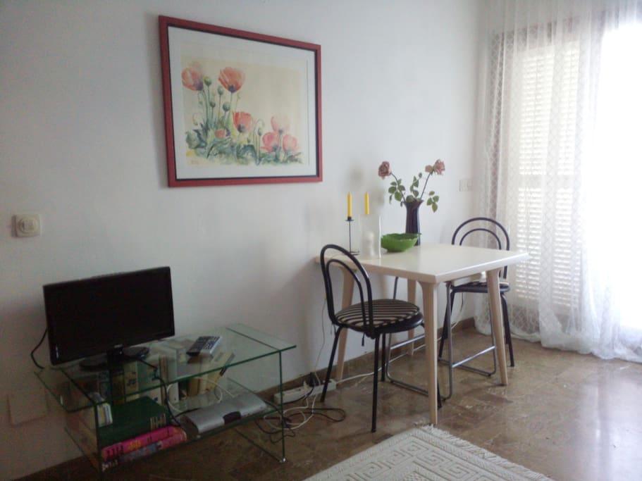 Wohnraum mit Essplatz und SAT/TV deutsch