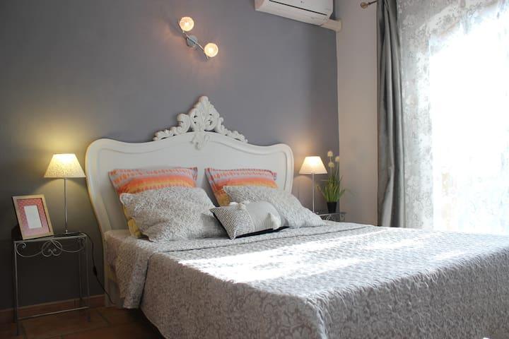 Chambre 4 avec lit queen size et accès direct coté jardin