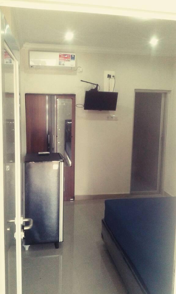 Bedroom with 1 queen size bed with direct glass door through the wastafel n bathroom.