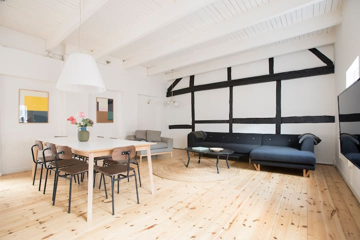 Big charming townhouse with 3 floors by Kgs Nytorv