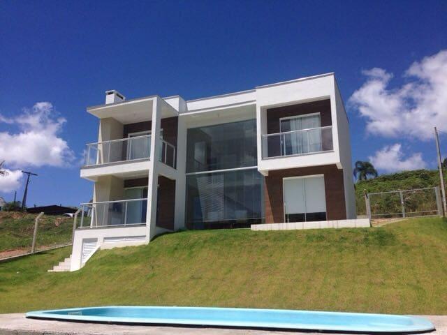 Casa estilo contemporâneo de frente pra barragem