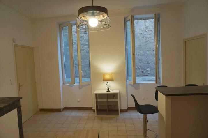 Espace salon calme avec vue sur cour intérieure. Ambiance cosy et chaleureuse