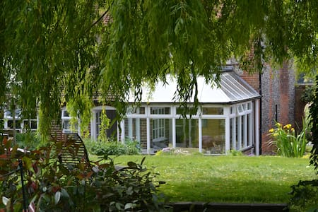 Rural location 7 minutes from Chichester - Chichester - House
