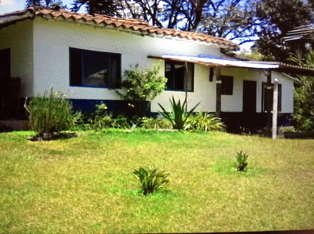 Spacious farmhouse close to airport - Rionegro - Huis