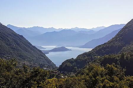 Private villa with lake views in Schignano