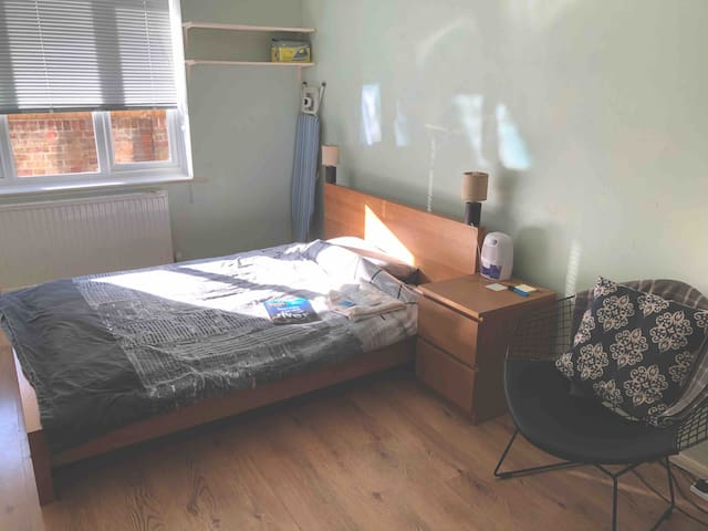 Double room in gated area close to Victoria park