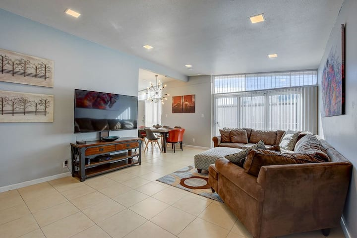 NEW! MODERN LUXURY HOME -1ml TO THE STRIP