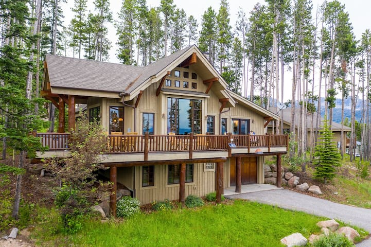 Stunning chalet with ski-in/ski-out access, balcony, grill & a private hot tub!