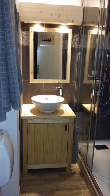 sdb avec douche 140/80, lavabo, sèche-cheveux, trousse d'urgence, radiateur et seche serviettes
