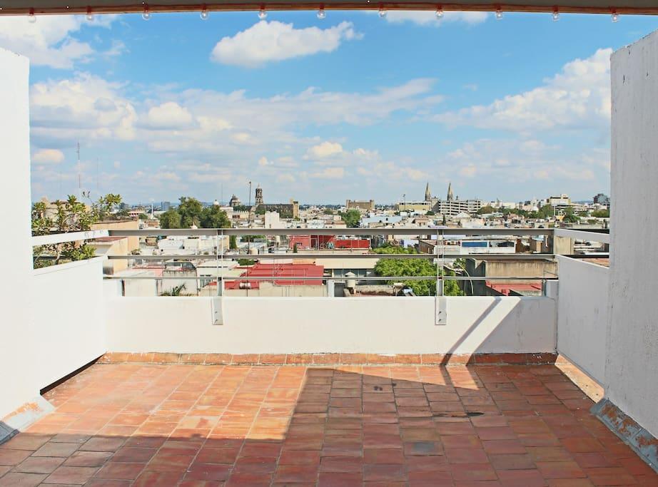 Terraza con hermosas vistas de la ciudad / Topfloor terrace with beautiful views of the city