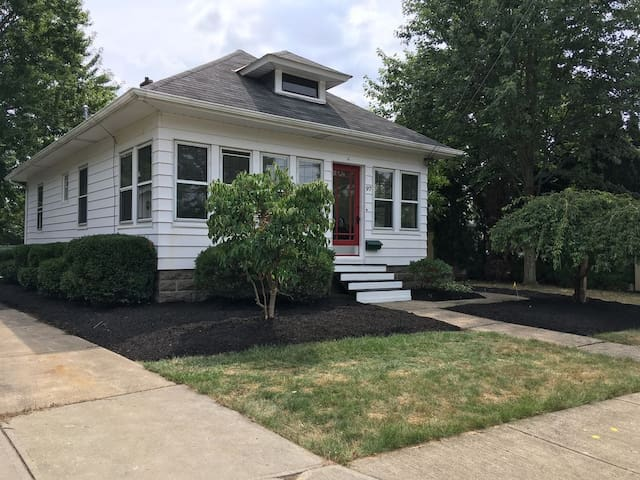 Cozy cottage central to Airport & Baldwin Wallace