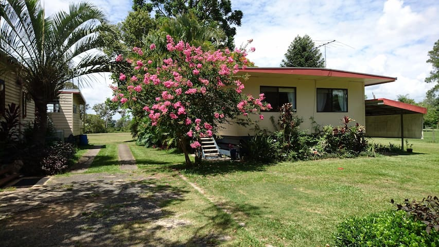 Country setting close to Caboolture - Beachmere - Bed & Breakfast