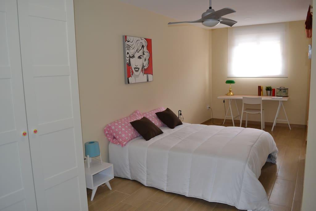 Habitación con escritorio y amplio armario