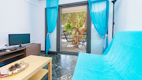 One Bedroom Apartment 50m from the beach