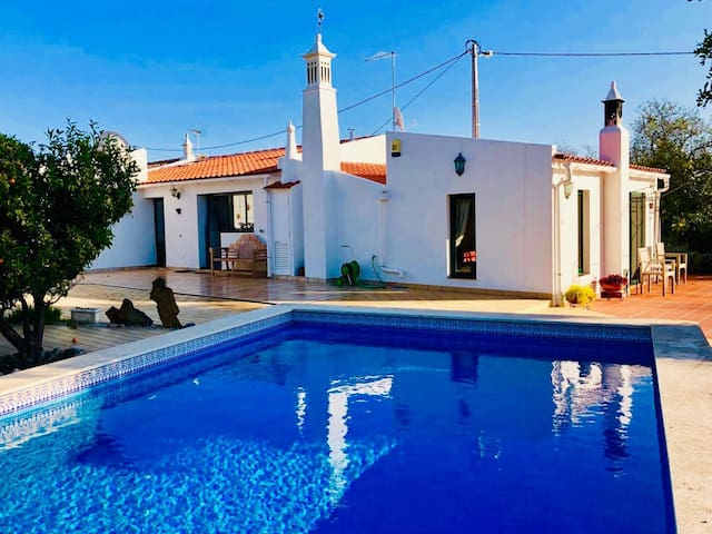 Idyllic Algarvian cottage, private pool & gardens