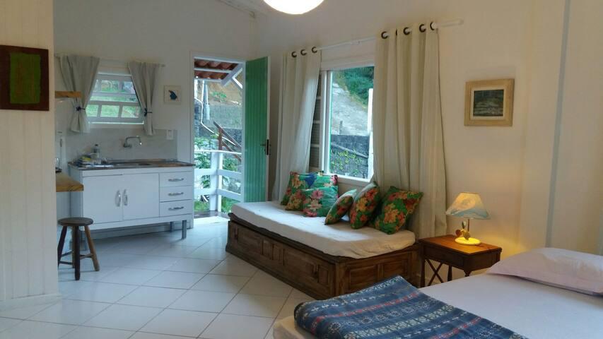 Hibiscus Prumirim Kitnet com frigo e mini cozinha